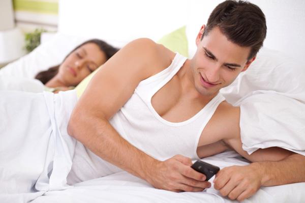 read boyfriend text messages