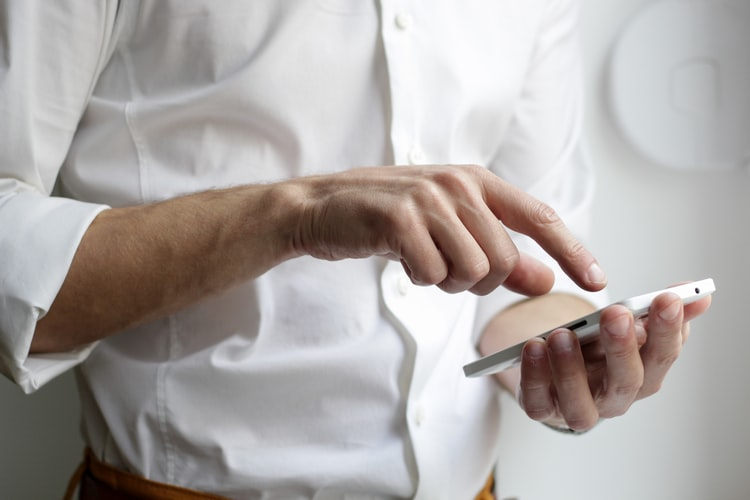 Read husband's texts without touching his mobile phone